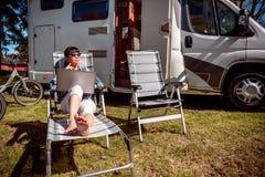 Перемещение семейного отдыха, отключение праздника в motorhome RV Стоковая Фотография RF