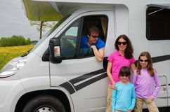 Перемещение семьи в motorhome (RV) на каникуле Стоковые Изображения RF