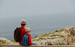Перемещение семьи - отец и сын с рюкзаком в горах Стоковая Фотография