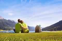 Перемещение семьи, пара hikers в горах Стоковое Изображение RF