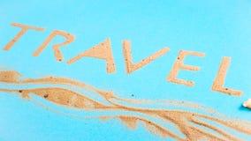 Перемещение слова написанное на яркой голубой предпосылке напоминает море стоковая фотография rf