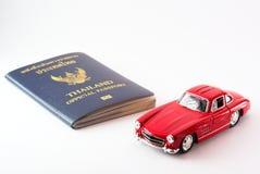 Перемещение Таиланда пасспорта с моделью автомобиля Стоковое Изображение RF