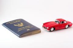Перемещение Таиланда пасспорта с моделью автомобиля Стоковое Изображение