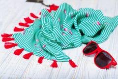 Перемещение установленное с шалью и солнечными очками лета Стоковое Фото