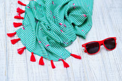 Перемещение установленное с шалью и солнечными очками лета Стоковое Изображение RF