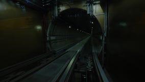 Перемещение через темный тоннель на рельсах видеоматериал