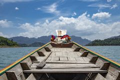 Перемещение шлюпкой longtail к запруде Ratchaprapha на национальном парке Khao Sok, провинции Surat Thani, Таиланде стоковое изображение rf