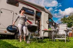 Перемещение RV семейного отдыха, отключение праздника в motorhome, каникулах автомобиля каравана стоковые фото