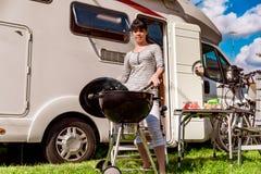 Перемещение RV семейного отдыха, отключение праздника в motorhome, каникулах автомобиля каравана стоковое фото rf
