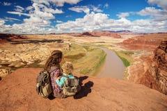 Перемещения матери и сына к Америке на смотровой площадке Колорадо стоковое фото