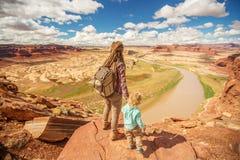 Перемещения матери и сына к Америке на смотровой площадке Колорадо стоковые изображения