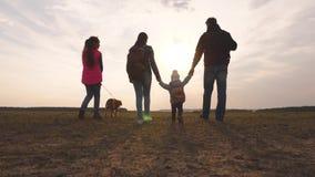 Перемещения семьи с собакой через равнины и горы папа, мама, дочери и любимцы, туристы сыгранность конца акции видеоматериалы
