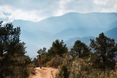 Перемещения Hiker к Америке в осени стоковые фотографии rf