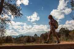 Перемещения Hiker к Америке в осени стоковая фотография