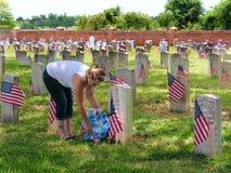 Перемещени-новое поле брани Орлеан-Луизианы-Chelmette национальное, женщина устанавливая цветок на могиле Стоковое фото RF