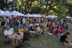 Перемещени-Фестивал-новый квадрат Орлеан-Джексона заполненный с людьми Стоковые Фото