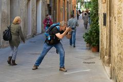 Перемещени-фотограф на улице старого города Стоковое Изображение RF
