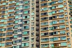 Перенаселенное здание в городе стоковые фото