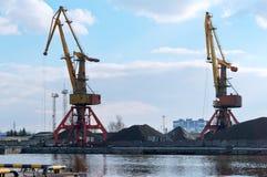 Перенесите краны, кучи угля, торговли рыбного порта Калининграда Стоковая Фотография