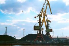 Перенесите краны, морской стержень загрузки, порт торговой операции угля Стоковая Фотография