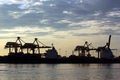 Перенесите склад с грузом контейнера и мостом крана Стоковое Фото