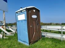Переносимый современный конструированный портативный общественный туалет улицы Стоковое Изображение RF