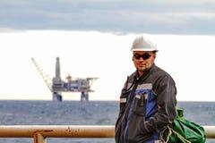 Перенос Oilman - работники на палубе корабля на planforms полки масла предпосылки оффшорных Работа на пути работать Стоковые Изображения