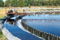Переполнение воды от большого поселенца седиментирования Стоковые Изображения RF
