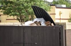 Переполнять мусорного ведра стоковые изображения rf