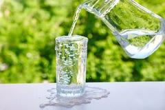 Переполняя вода в стекле стоковая фотография rf