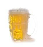 Переполняя предпосылка белизны стекла пива Стоковая Фотография