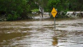 Переполняя река после циклона сток-видео