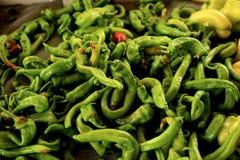 Переплетенные зеленые перцы стоковое изображение