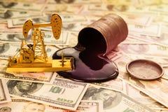 Переработка нефти, баррель нефти, доллары США стоковые изображения