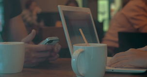 Перерыв на чай с чернью и компьтер-книжкой видеоматериал