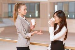 Перерыв на чашку кофе во время встречи Стоковая Фотография RF