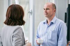 Перерыв на чашку кофе в лобби офиса Стоковая Фотография