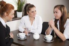 Перерыв на чашку кофе в офисе Стоковые Фотографии RF