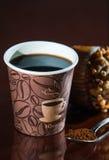 Перерыв на чашку кофе места работы с булочкой Стоковые Фотографии RF