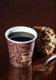 Перерыв на чашку кофе места работы с булочкой Стоковые Фото