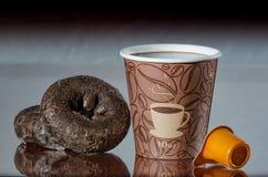 Перерыв на чашку кофе места работы с donuts шоколада Стоковое Изображение RF