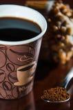 Перерыв на чашку кофе места работы с donuts шоколада Стоковые Изображения