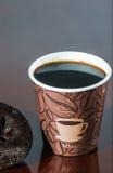 Перерыв на чашку кофе места работы с donuts шоколада Стоковые Фотографии RF