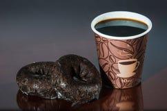 Перерыв на чашку кофе места работы с donuts шоколада Стоковая Фотография
