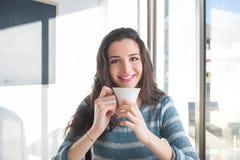 Перерыв на чашку кофе на кафе стоковые изображения