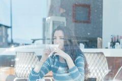 Перерыв на чашку кофе на кафе стоковые изображения rf