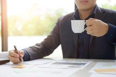 Перерыв на чашку кофе питья бизнесмена Стоковые Фотографии RF