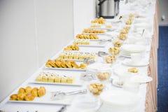 Перерыв на чашку кофе подготавливает для гостей подачи присутствуя на семинаре во время периода отдыха в конференц-зале Стоковая Фотография