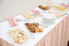 Перерыв на чашку кофе подготавливает для гостей подачи присутствуя на семинаре во время периода отдыха в конференц-зале Стоковое Фото