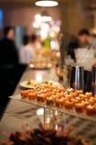 Перерыв на чашку кофе подготавливает для гостей подачи присутствуя на семинаре во время периода отдыха в конференц-зале Стоковая Фотография RF